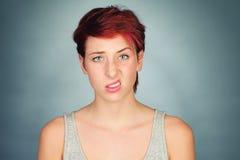 Lyfta en sida av hennes kant och ögonbryn Fotografering för Bildbyråer