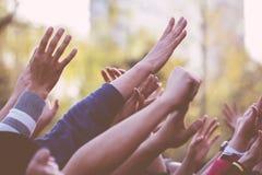 lyfta för händer Arkivfoton