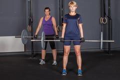 Lyfta för vikt för sportkvinnaskivstång utbildande Royaltyfri Fotografi