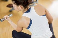 Lyfta för vikt för ung kvinna Arkivbilder