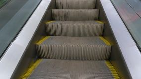 Lyfta upp på rulltrappan på glasväggen på nära sikt för trevlig dag stock video