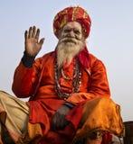 Lyftande hand för helig man i hälsning, Varanai, Indien Royaltyfria Bilder