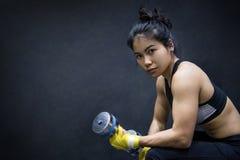 Lyftande hantel för ung asiatisk kvinna, viktutbildning arkivfoton