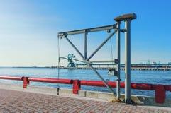 Lyftande kran på den Venta floden i Ventspils Fotografering för Bildbyråer