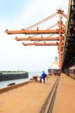 Lyftande maskineri och utrustning i järnmalmhamnplats Arkivfoto