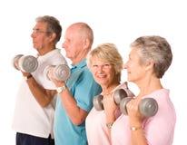 lyftande mogna vikter för äldre folk royaltyfri bild