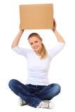 Lyftande moving ask för ung kvinna Royaltyfri Foto