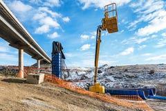 Lyftande plattform i konstruktionen av en bro Fotografering för Bildbyråer