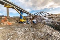Lyftande plattform i konstruktionen av en bro Royaltyfria Bilder