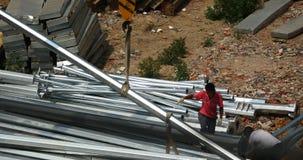 lyftande stål för 4k Crane Crane, arbetare som arbetar på konstruktionsplatsen lager videofilmer