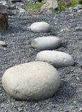 Lyftande stenar på den Djupalonssandur stranden royaltyfri bild