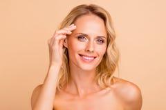Lyftande terapibehandlingbegrepp Närbildstående av henne henne attraktiv glad krabb-haired näck dam med prickfritt arkivbild