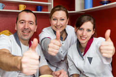 Lyftande tummar för sjukvårdpersonal upp royaltyfria bilder
