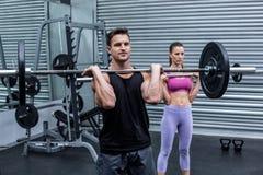 Lyftande vikt för muskulösa par tillsammans arkivbilder