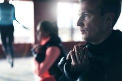 Lyftande vikter för ung idrottsman Fotografering för Bildbyråer