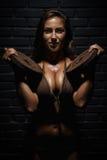 lyftande viktkvinnabarn Fotografering för Bildbyråer