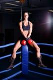 lyftande weights le för attraktiv kameracloseupkondition kvinnan Royaltyfri Foto
