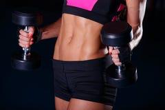 lyftande weights le för attraktiv kameracloseupkondition kvinnan Royaltyfria Bilder