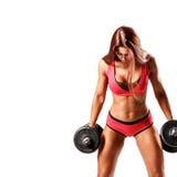 lyftande weights le för attraktiv kameracloseupkondition kvinnan Royaltyfri Bild