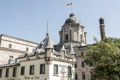 Lyftt kanadensisk flagga Kanada Museum Musee du Fort Gammal Quebec City för historiskt område royaltyfri fotografi