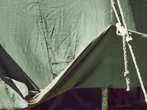 Lyftt kant av ett grönt tält, presenningtextur royaltyfria bilder