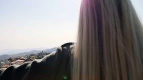 Lyftt räcker når en höjdpunkt lyfta för ung kvinna anseendet upp att se byn och fantastiskt landskap för bergbakgrund stock video
