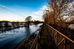 Lyftt vandringsled över den översvämmade vägen Arkivbilder