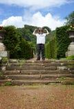 Lyftta armar för barnparkmoment Royaltyfri Bild