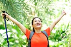 Lyftta armar för kvinna fotvandrare i djungel Fotografering för Bildbyråer