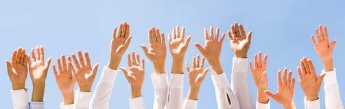 lyftta händer Arkivfoton
