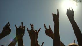 Lyftta händer som uppvisning vaggar tecknet av hornen, gör en gest, vaggar konserten, partitid arkivfilmer