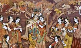 Lyftta tillverkade indiska hinduiska gudar Krishna och Radha på trä, hel bakgrund Arkivfoton