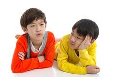 Lyinig asiatico sveglio dei bambini su fondo bianco Fotografia Stock Libera da Diritti
