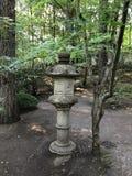 Lykta för dekorativ sten på japanträdgården royaltyfri bild