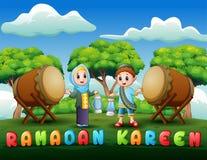 Lykta för muslimskt pojke- och flickainnehav för Ramadanberöm vektor illustrationer