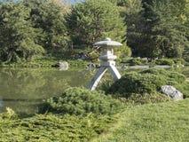 Lykta i en japansk trädgård Arkivbild