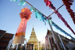 Lykta med den thailändska pagoden royaltyfri fotografi