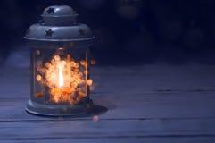 Lykta med en stearinljus inom i mörkret Royaltyfria Bilder