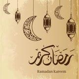 Lykta och måne för hand utdragen med arabisk kalligrafi för Ramadankareem som hälsar design stock illustrationer