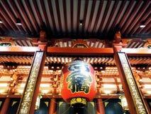 Lykta på den huvudsakliga korridoren för Sensoji tempel arkivfoton