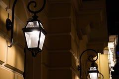 Lykta på en byggnad på natten royaltyfri fotografi