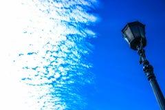 Lykta på himmelbakgrund Royaltyfri Bild