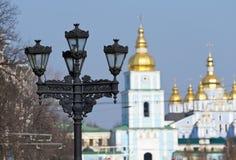 Lykta på ett bakgrundsSts Michael domkyrka i Kyiv Royaltyfri Fotografi