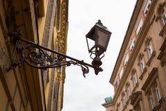 Lykta som hänger på väggen av huset royaltyfria bilder