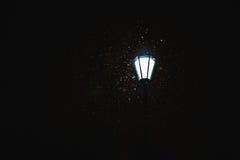 Lyktaskenen i natthimlen Nattbelysningen På en svart bakgrund royaltyfri fotografi