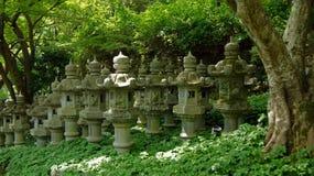Lyktor av den Katsuoji templet i Japan Arkivbilder