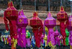 Lyktor hänger framme av en tempel i Chiang Mai, den Thailand durinen royaltyfri bild