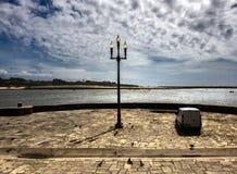 Lyktor och himlen av Porto royaltyfria foton