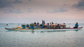 Lyktor och volontärer på att sväva ceremoni Honolulu 2018 Royaltyfria Foton
