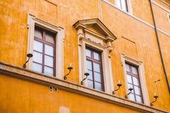 lyktor på orange byggnad fotografering för bildbyråer
